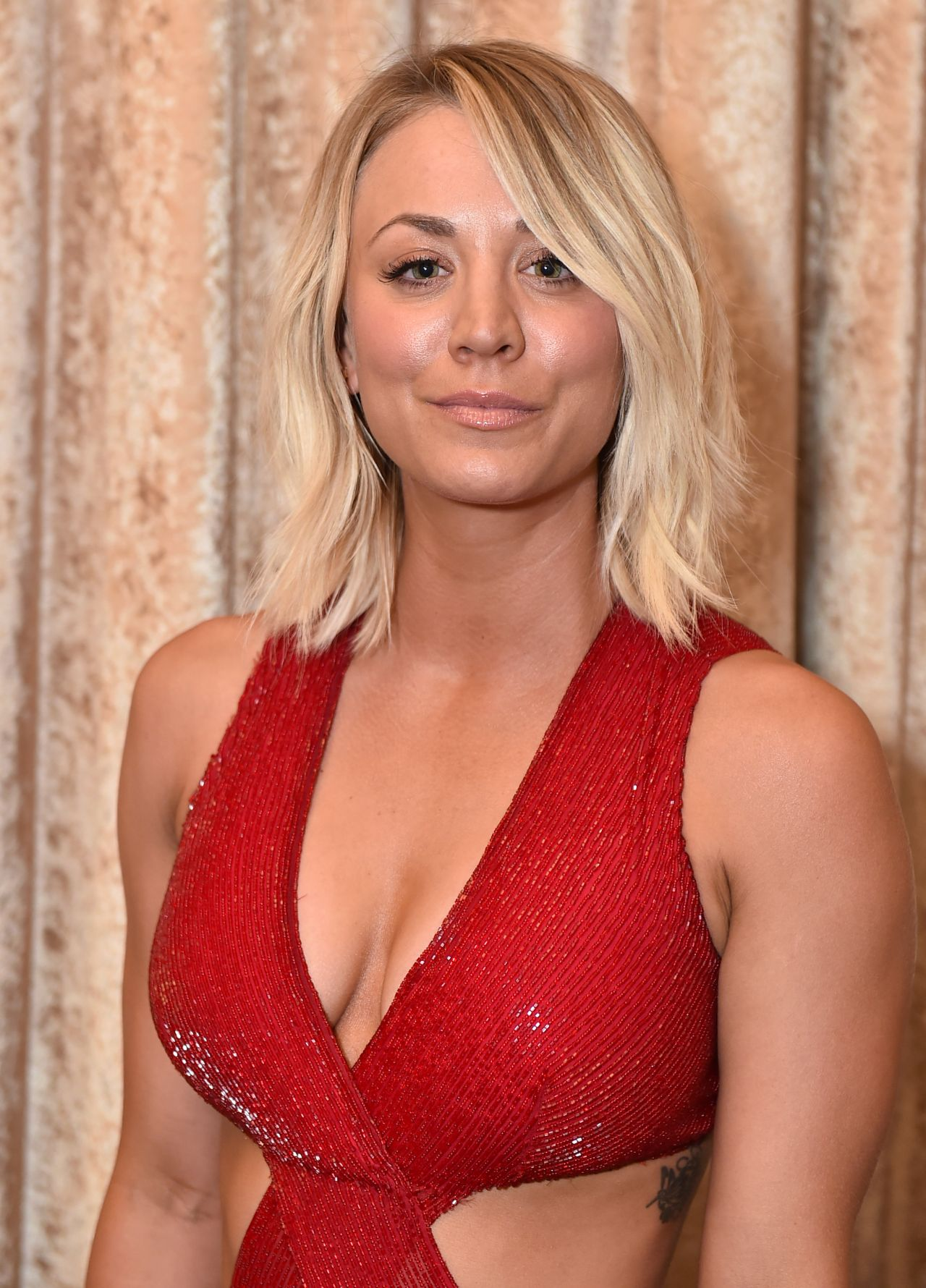 Name:  kaley-cuoco-2016-alzheimer-s-association-a-night-at-sardi-s-in-beverly-hills-2.jpg Views: 120 Size:  298.6 KB