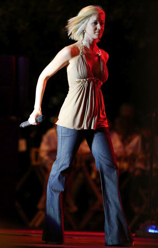 Name:  kellie-pickler-tight-jeans-performing-concert-3.jpg