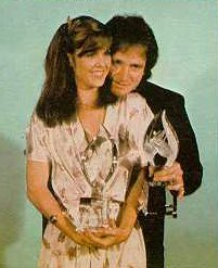 Pam Dawber and Robin Williams accepting award