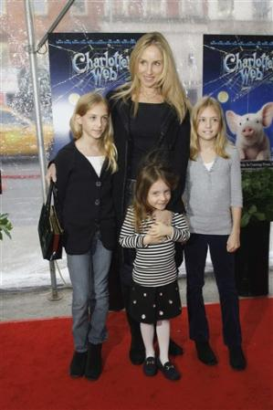 Tracy_Pollan_and_daughters
