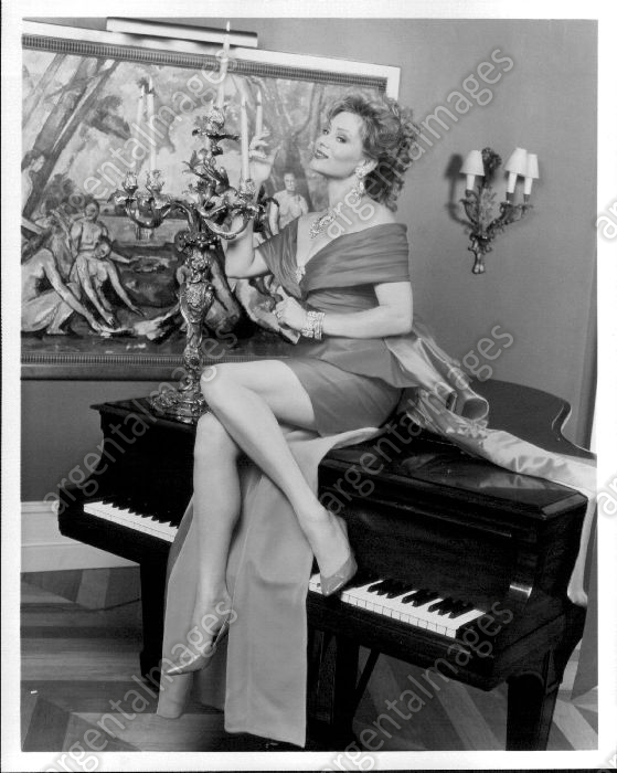 Jean_Smart_Seating_Piano_Portrait_High_Society_Press_Photo