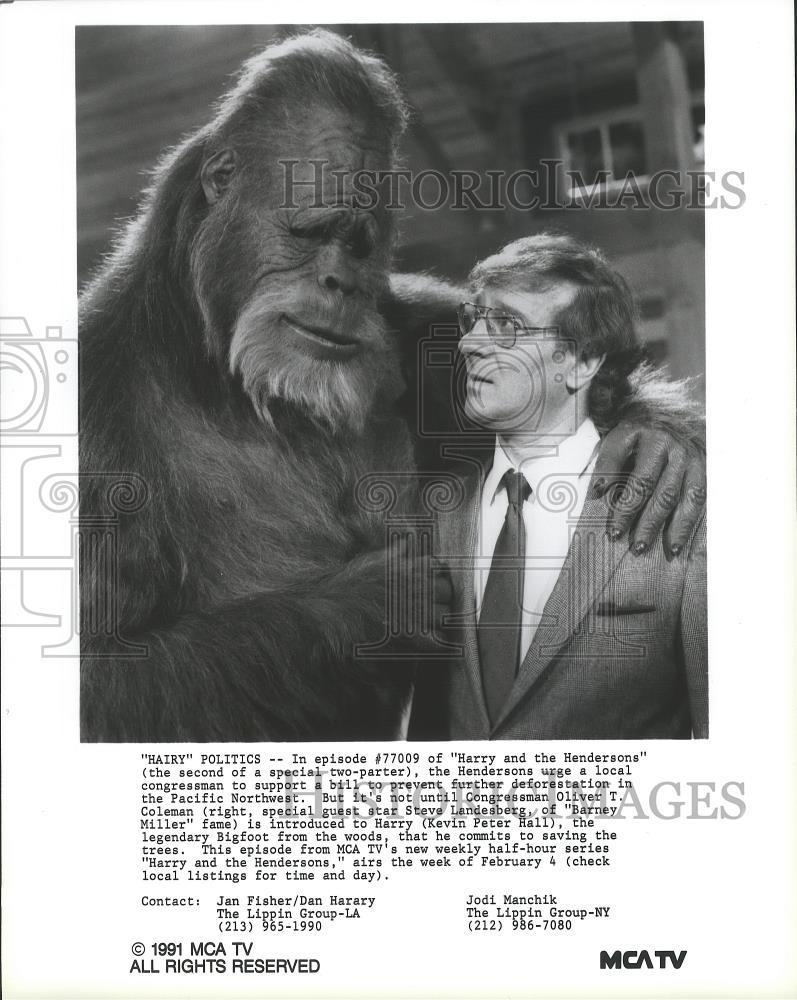 1991_Press_Photo_Steve_Landesberg_and_Kevin_Hall_in_Harry_and_the_Hendersons_