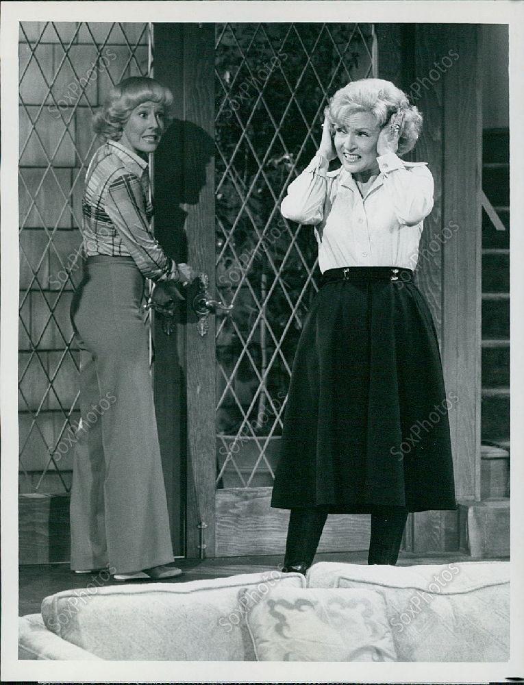 LG62_1977_CBS_TV_Betty_White_Show_Georgia_Engel_Vintage_Fashion_Door_Orig_Photo