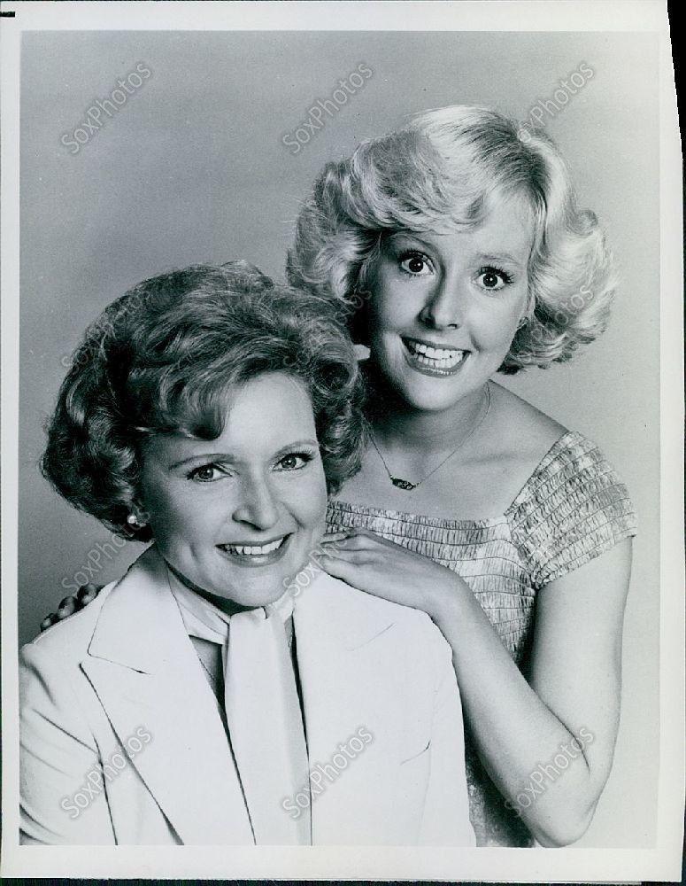 s-LG97_1977_Series_Betty_White_Show_Stars_Georgia_Engel_Portrait_Press_Photo