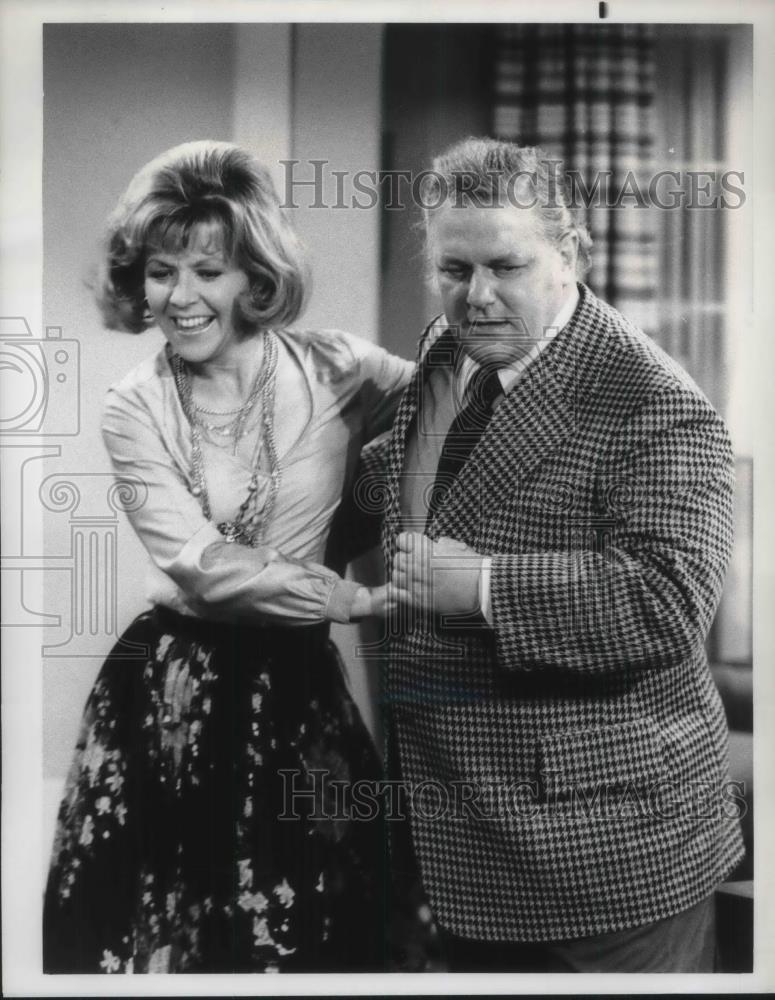1975_Press_Photo_Charles_Durning_and_Arlene_Golonka_in_The_Cop_The_Kid