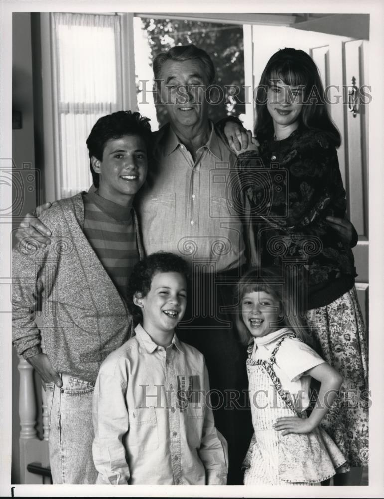 1990_Press_Photo_Robert_Mitchum_star_as_adipted_Grandfather_in_A_Family_for_Joe