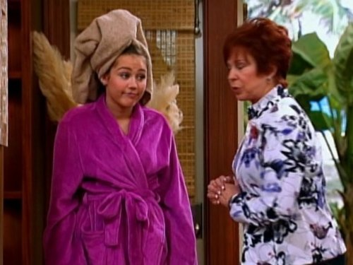 Vicki_Lawrence_and_Miley_Cyrus_in_Hanna