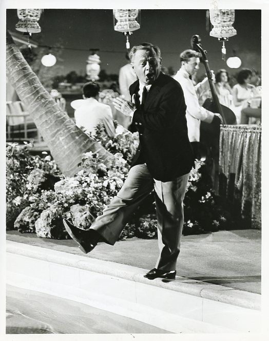 MICKEY_ROONEY_STEPS_INTO_POOL_MICKEY_TV_SHOW_ORIGINAL_1964_ABC_TV_PHOTO