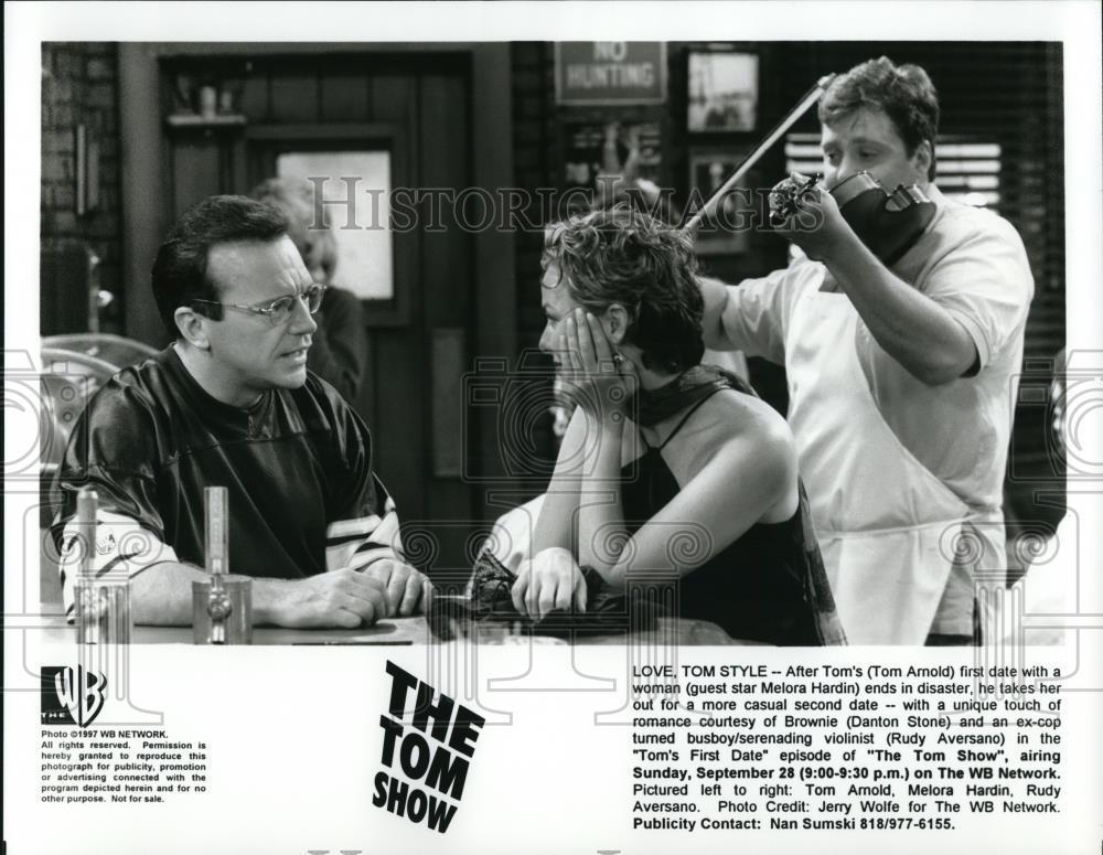 1997_Press_Photo_Tom_ArnoldMelora_Hardin_Rudy_Aversano_in_The_Tom_Show