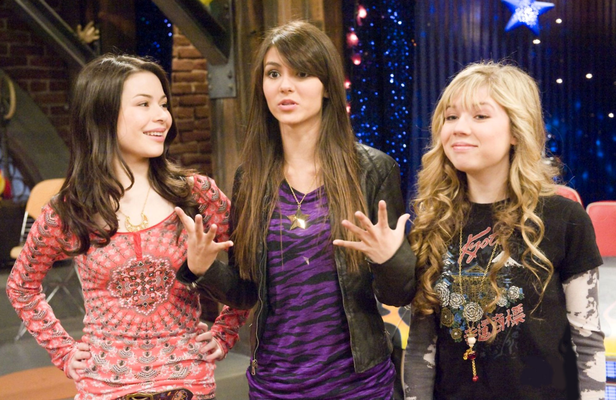 Miranda Cosgrove and Victoria Justice on the set of icarly
