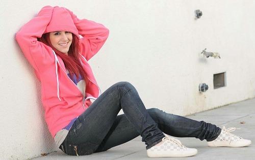Ariana_Grande_in_a_Pink_Hoodie