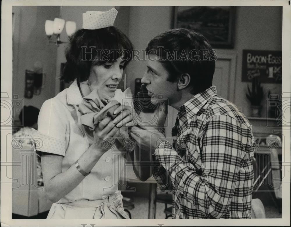 1976_Press_Photo_Beth_Howland_Dennis_Dugan_on_CBS_s_new_fall_series_Alice
