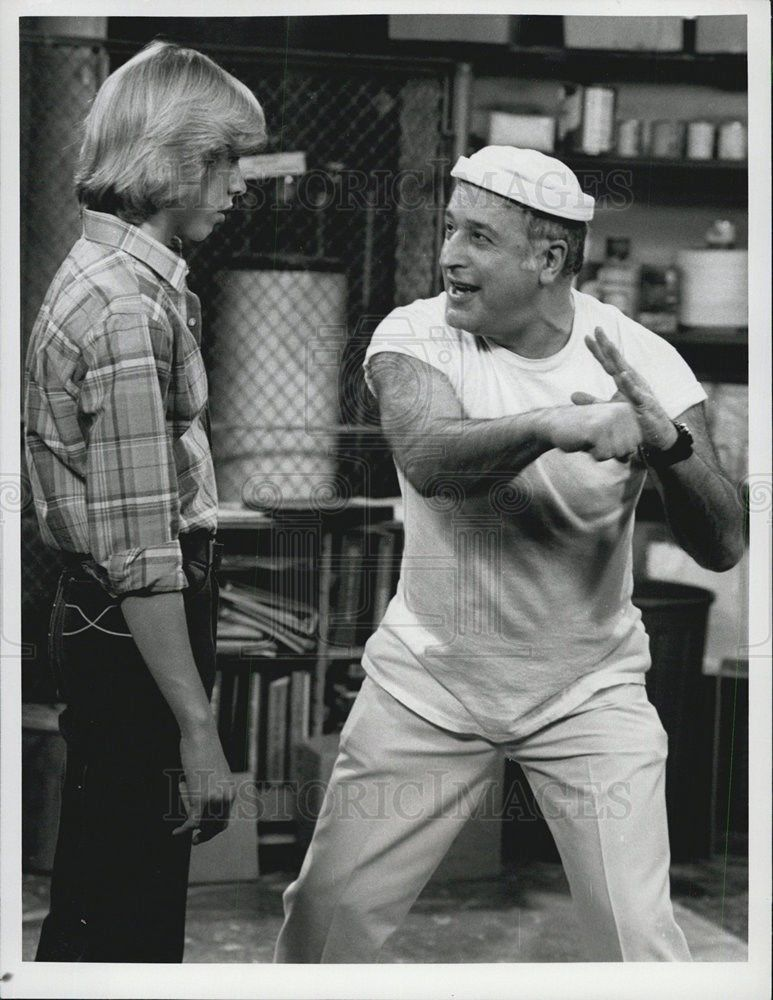 1981_Press_Photo_of_Actor_Philip_McKeon_and_Vic_Tayback_stars