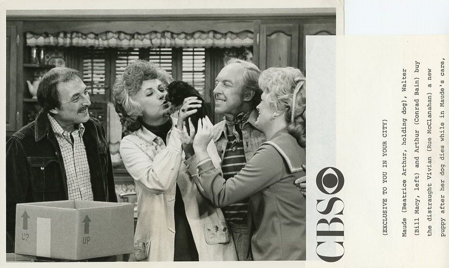 BEATRICE_ARTHUR_BILL_MACY_RUE_MCCLANAHAN_SMILING_PUPPY_MAUDE_1976_CBS_TV_PHOTO
